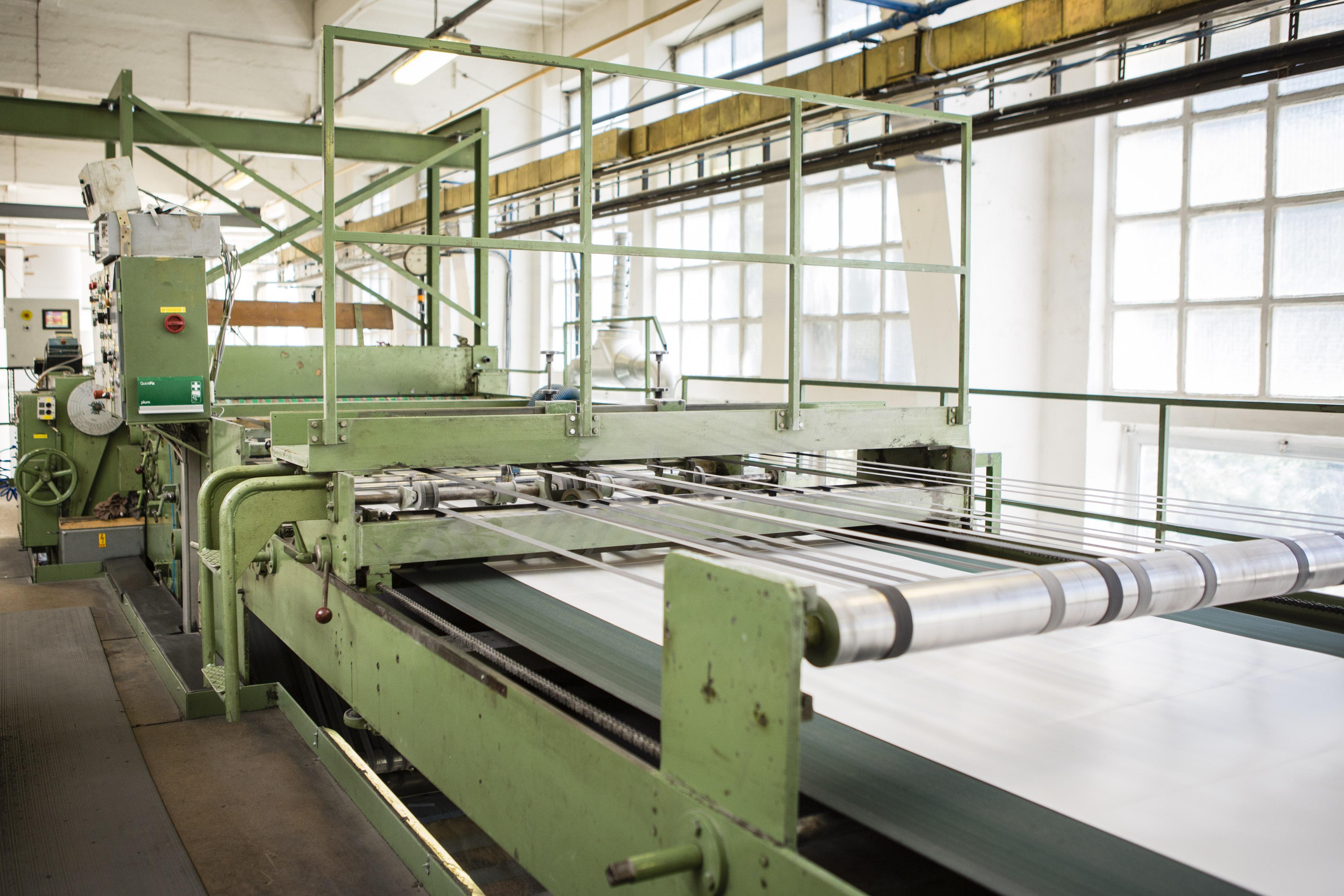 Резка рулонной бумаги на листы, складирование рулонов и логистика